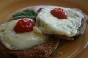 Praetud baklazhaanid juustu ja tomatiga